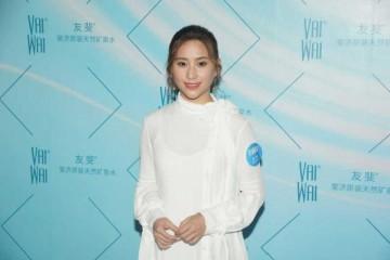 何超莲全球最美丽的千金穿搭白色连衣长裙干练时尚美腻了