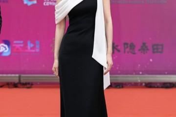 刘敏涛外穿小香风夹克搭白衬衫系领带女生帅起来也撩人