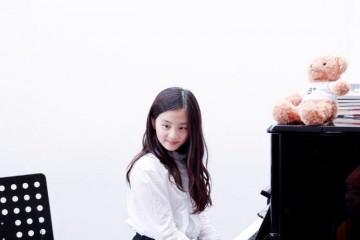 黄磊女儿多多长卷发披肩参与音乐会尽显淑女气质