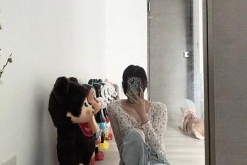 哪个女生不想活成欧阳娜娜学她宅在家就对镜自拍吧